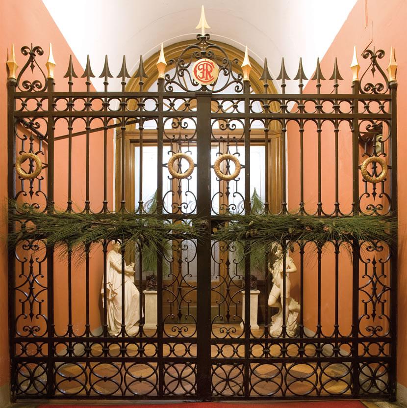 Il cancello del Circolo Ravennate e dei FOrestieri